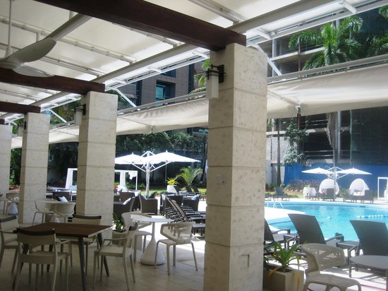 Radisson Hotel Trinidad: Sitting area by pool