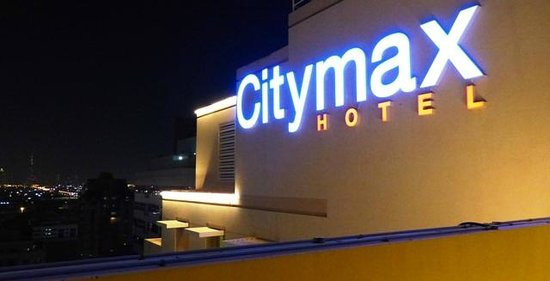 Citymax Al Barsha: View to the Neon of Citymax by night from the roof Pool