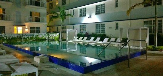 Pestana Miami South Beach: Blick am Abend auf den Hotelpool