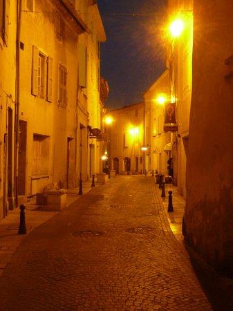 Les Rouvières : saintpaul trois châteaux la nuit