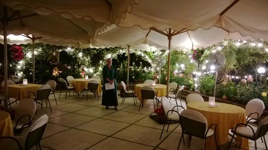 Hotel Mion: The patio ready for our gala dinner