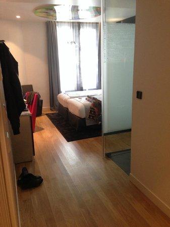 Lyric Hotel Paris: la chambre avec la SDB à droite