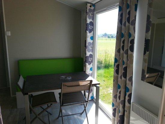 Camping Loire et Chateaux : Mobil Home pièce à vivre