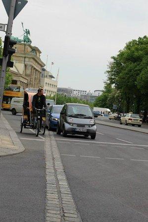 Potsdamer Platz : Брусчатка, на месте которой когда-то была Берлинская стена, тянется через весь город