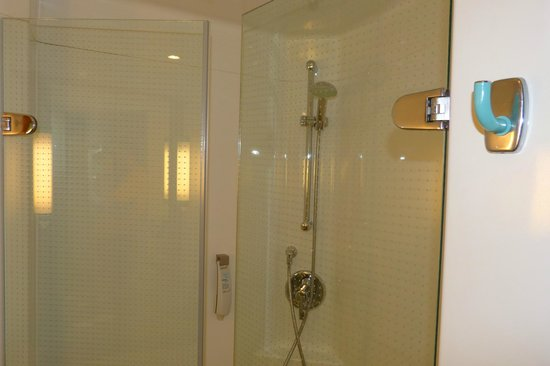 Ibis Berlin City West: The pod-like bathroom and its spacious shower.
