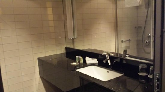 Courtyard Stockholm Kungsholmen: Bathroom
