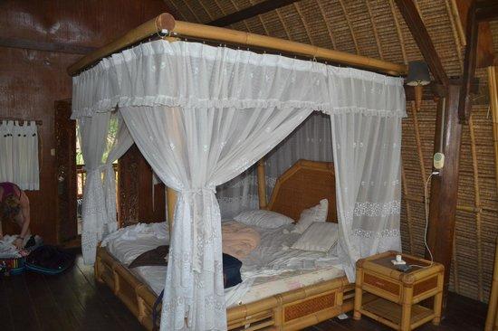 Hotel Amed Cafe : lit du bungalow
