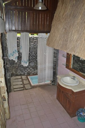 Hotel Amed Cafe : salle de bain ciel ouver du bungalow