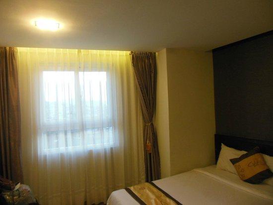 Gold Hotel: окно в номере