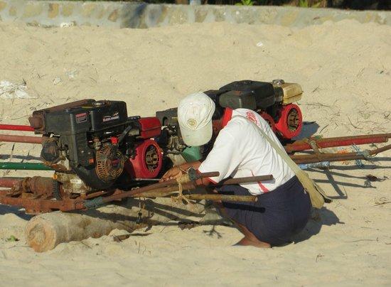 Ngapali Beach : fishing boat-motor repair