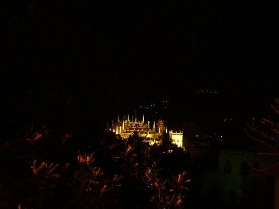 Hotel Fontana: Vue nocturne depuis le 2e étage sur l'Isola Bella Illuminée