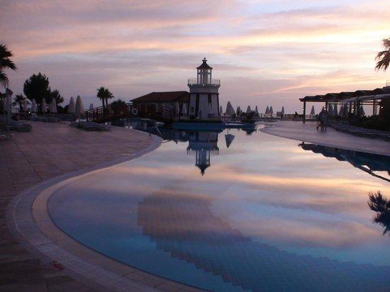 Sealight Resort Hotel: piscine et phare vers 21 heures