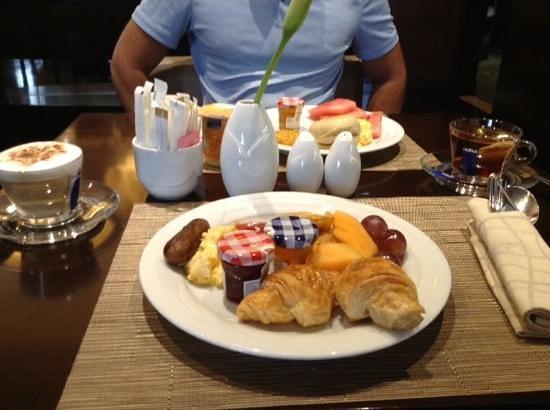 Crowne Plaza Dubai-Deira: Breakfast buffet
