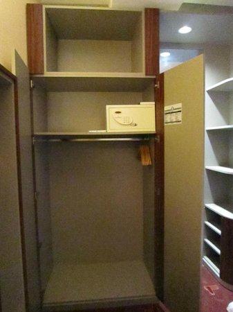 AZIMUT Hotel Cologne : Schrank mit Safe