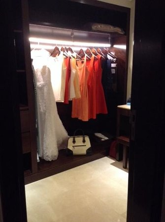Crowne Plaza Dubai-Deira: awesome walk in closet with vanity, safe & motion lights