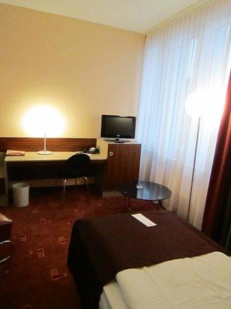 AZIMUT Hotel Cologne : Schreibtisch