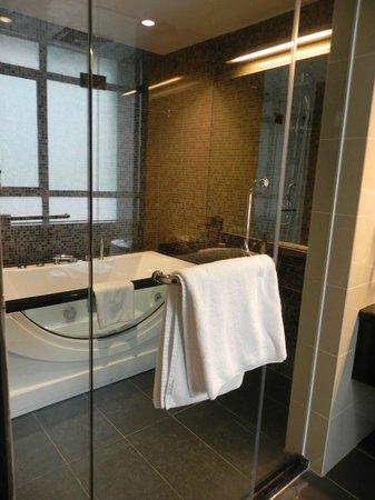 Hotel Sixty3: Bathroom with spa bath