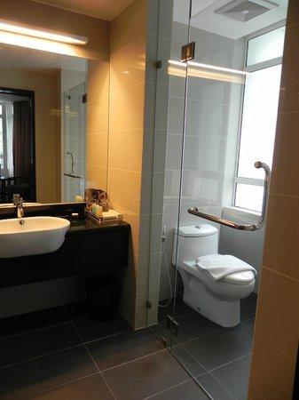 Hotel Sixty3: Bathroom