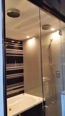 Eurostars Palace: Bath and Shower