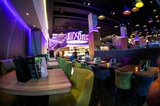Yamm!: ein Flügel des Restaurants, Blick auf Buffet