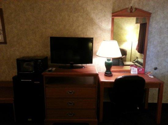 Days Inn & Suites Monroe: Flat screens
