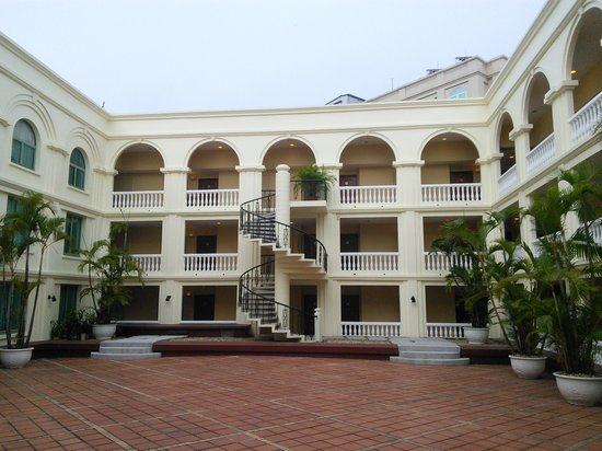 AVANI Hai Phong Harbour View Hotel: 中庭から建物をみる
