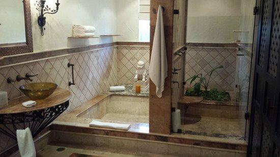 Zoetry Paraiso de la Bonita: Bath and shower