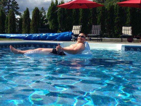 Benchmark B & B : Lounging in the pool!
