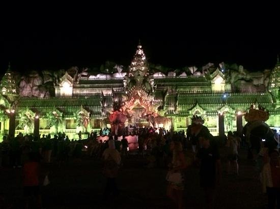 Phuket FantaSea : The colours at FantaSea
