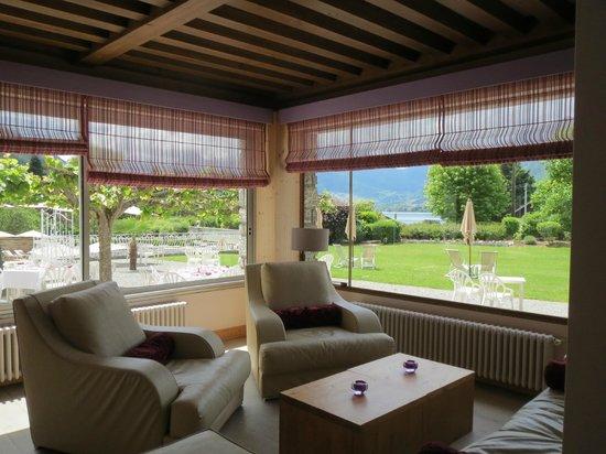 Hotel Les Grillons: le salon avec vue sur le parc