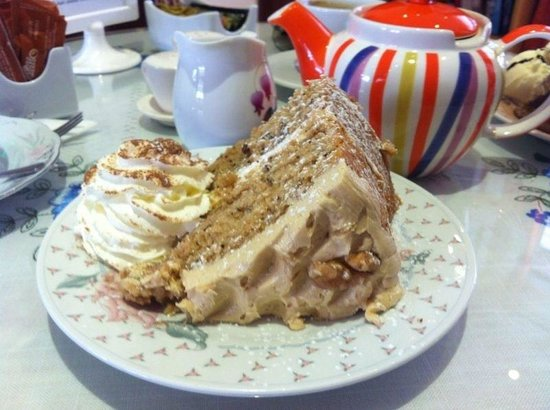 Harriet's Tea Room and Restaurant: Coffee and Walnut cake.