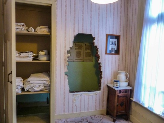 The entry into the hiding place bild von the corrie ten for The hidden place hotel