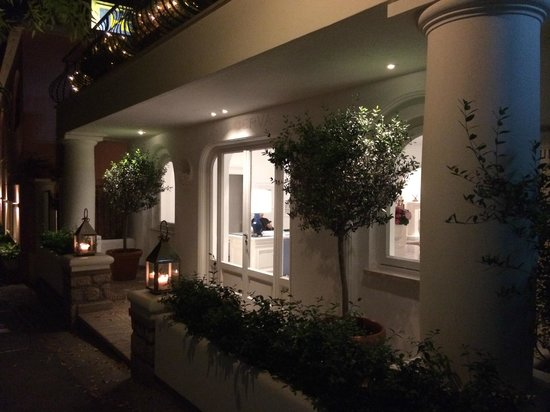 La Minerva: Sweet hotel entrance lit up at night
