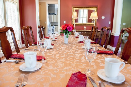 Amber House Bed and Breakfast: Dining