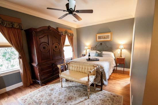 Amber House Bed and Breakfast: Sapphire Room