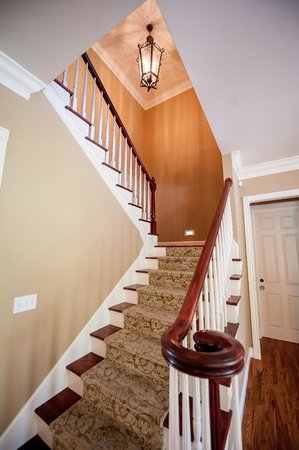 Amber House Bed and Breakfast: Staircase to all rooms