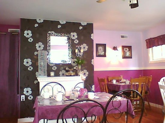 John McNeill's Place: cozy dining Room