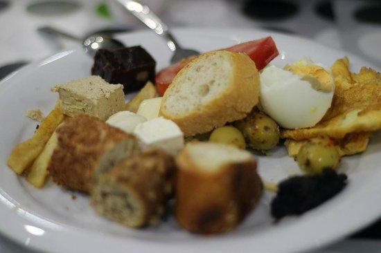 Harbiye Residence: Breakfast platter