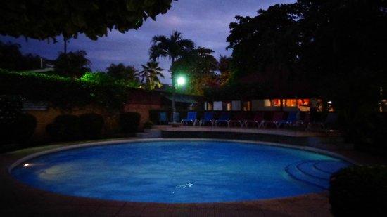 Villa Acacia : La piscina es mediana