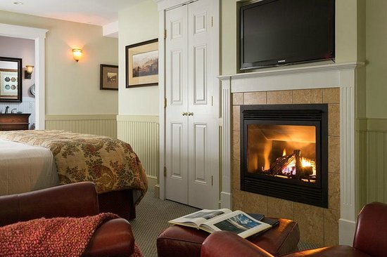 Grand Harbor Inn : Deluxe Guestroom Gas Fireplace