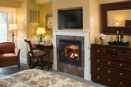 Grand Harbor Inn: Waterfront Deluxe Guestroom Fireplace