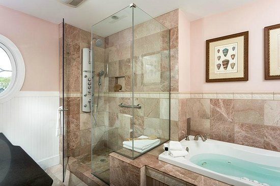 Grand Harbor Inn: Waterfront Grand Suite spa-inspired bathroom