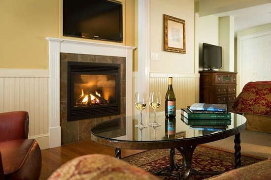 Grand Harbor Inn: Grand Suite Livingroom with Gas Fireplace