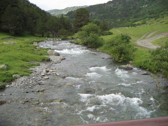 Montgarri Outdoor : El rio , desde el puente, a la izquierda Montgarrí