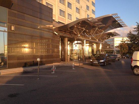 Hilton Paris Charles de Gaulle Airport: ingresso esterno