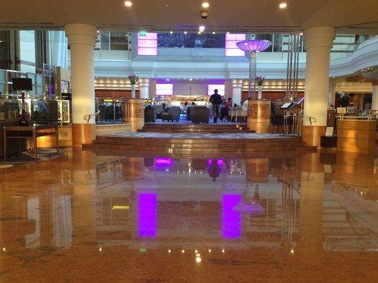 Hilton Paris Charles de Gaulle Airport: Hall e ristorante