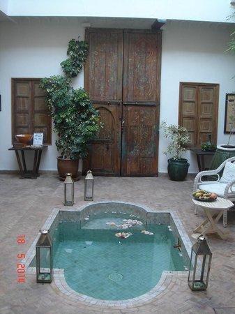 Riad Le Coq Fou : Entrée du Coq Berbere et porte/fenetres de la chambre Rouge