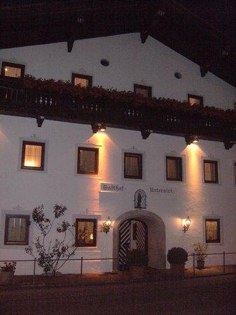 Hotel Unterwirt : L'hotel di notte visto dalla strada