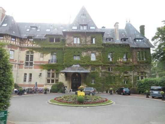 Hôtel Château de Montvillargenne : Chateau from the front