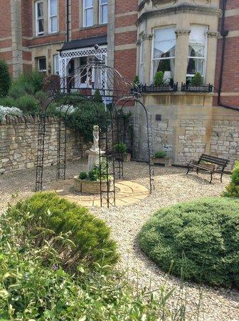 Cranleigh: Lovely garden in front of B&B